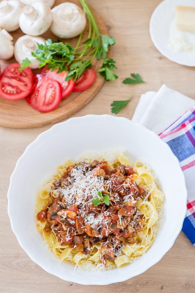 makaron z pieczarkami i pomidorami (1)