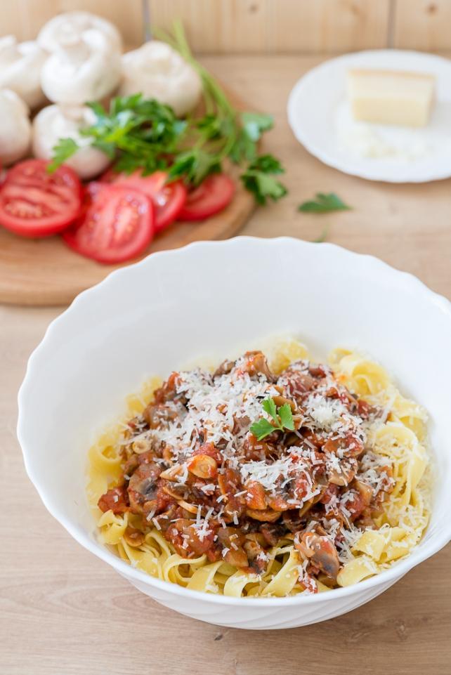 makaron z pieczarkami i pomidorami (2)