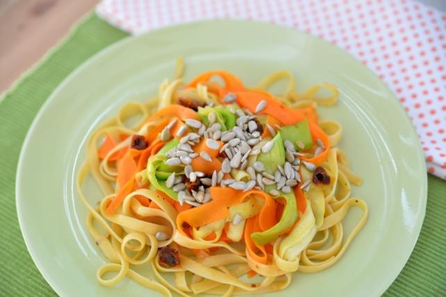 tagliatelle z marchewka cukinia i suszonymi pomidorami (6)