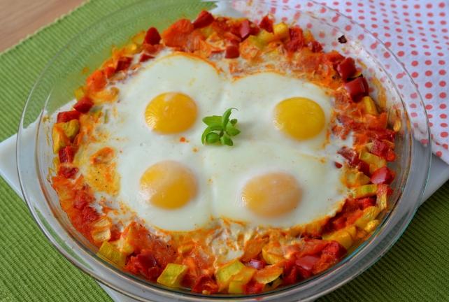jajka na pomidorach, papryce i cukinii (2)