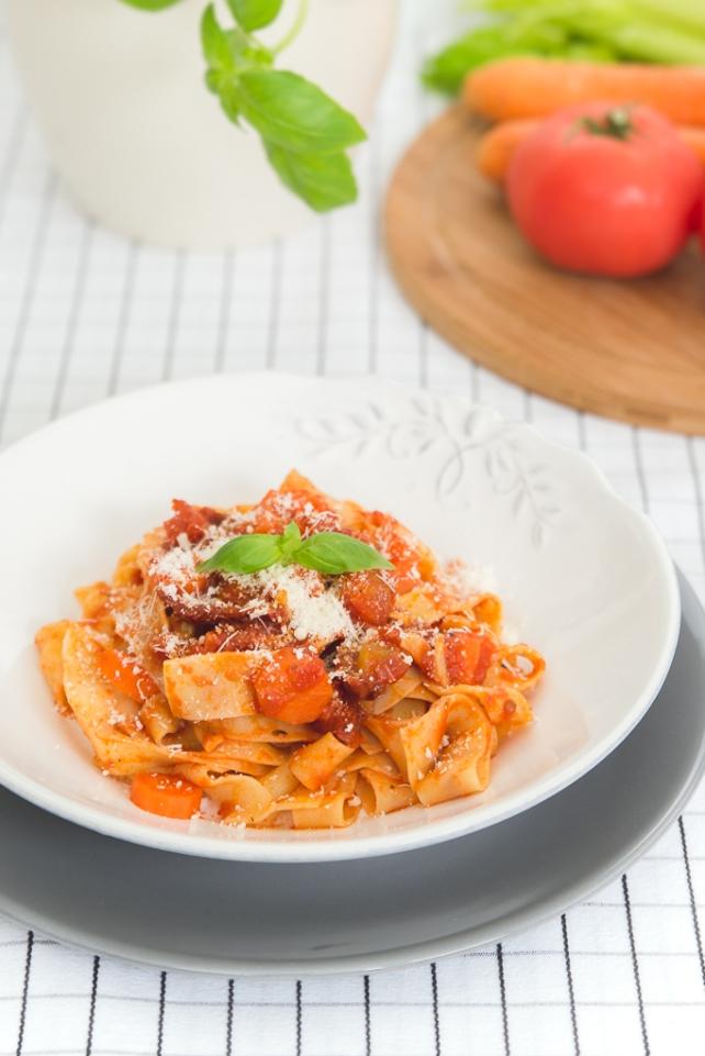 makaron z pomidorami i selerem naciowym 2