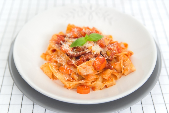 makaron z pomidorami i selerem naciowym