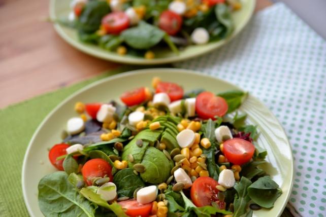 sałatka z awokado pomidorkami i kukurydza (1)