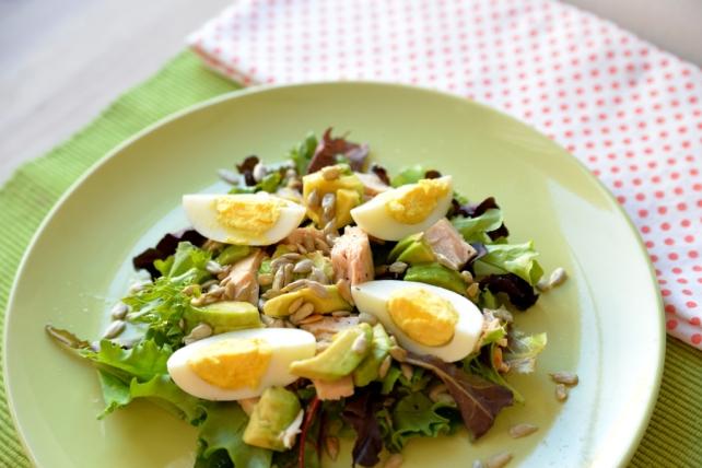 salatka z tunczykiem jajkiem i awokado (1)