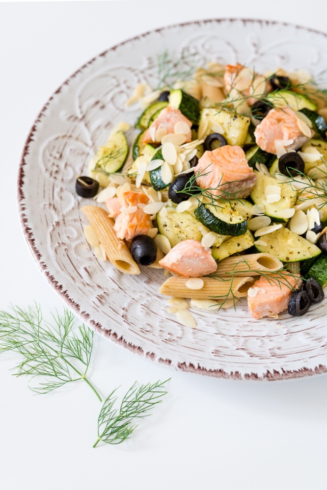 makaron z łososiem, cukinia i oliwkami (5)